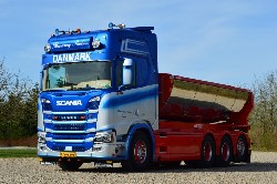 Scania S N G 4x2 mit Tankcontainer 1:50